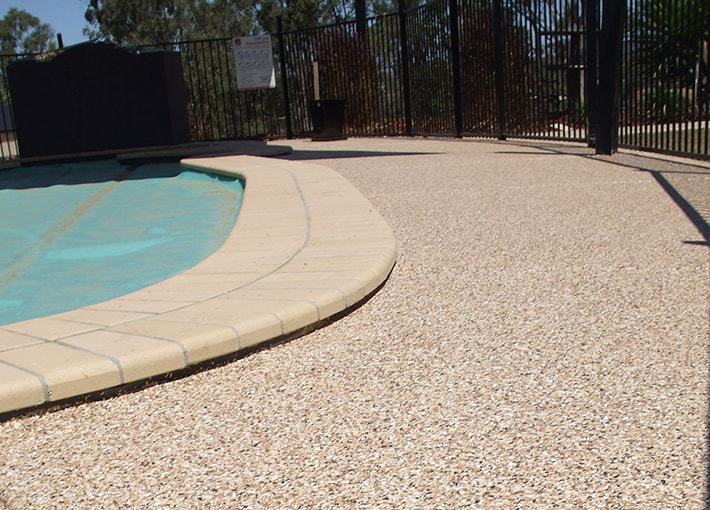 Revetement beton exterieur good bton dsactiv ou imprim for Carrelage contour piscine
